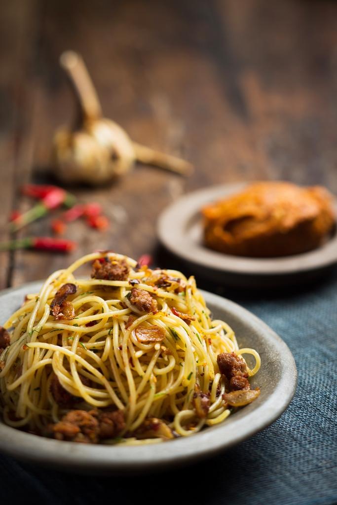 prego_spaghetti-aglio-bianco-bruciato-e-olio-with-homemade-spicy-salami