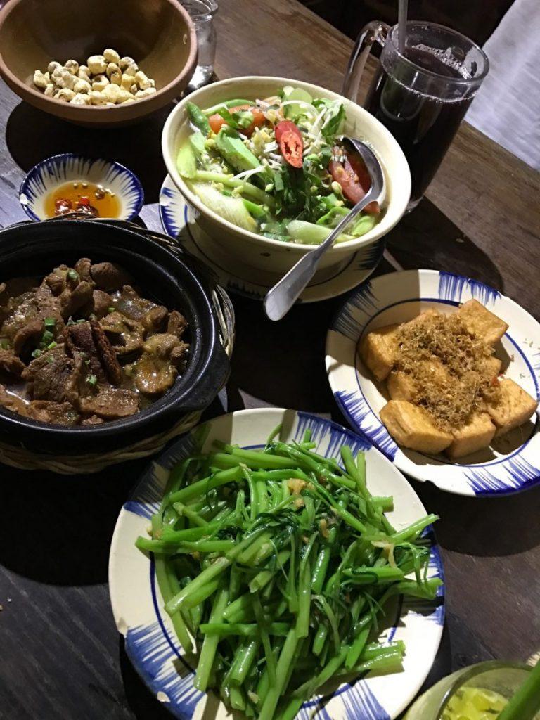 酸鱼汤、沙锅肉片、香茅豆腐、炒牵牛花