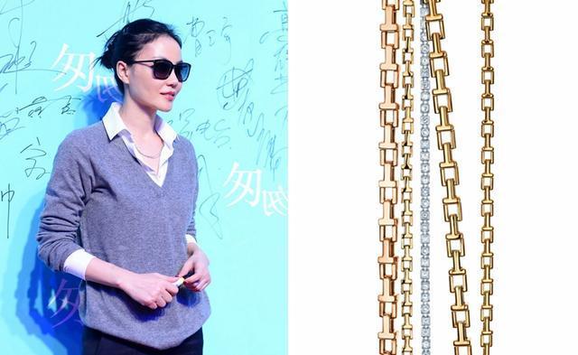 王菲戴黄金Tiffany T项链,配帅气的衬衫、毛衣和墨镜。